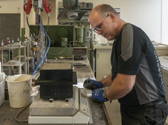 Betontechnoloog Kees Dekker aan het werk in het lab