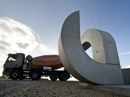 Kunstwerk met vrachtwagen